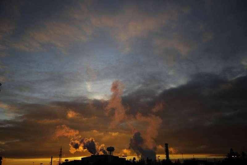 歐盟提議將要求歐洲進口商購買涵蓋某些行業進口產品碳含量的證書。圖為義大利Tenaris鋼鐵廠。(美聯社)