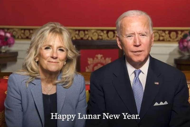 歡慶農曆新年,美國總統拜登(右)偕同第一夫人吉兒(左)在推特發布的影片中祝賀牛年快樂。(圖取自twitter.com/POTUS)