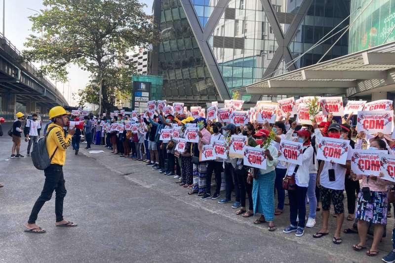 緬甸民眾舉行民主示威,抗議軍事政變、夜間搜捕。(AP)