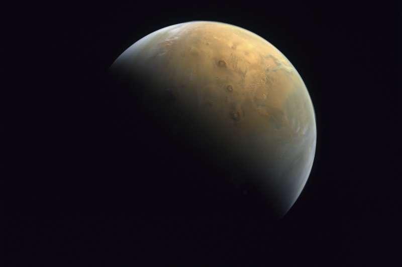 2021年2月14日,阿拉伯聯合大公國(阿聯)的火星探測器「希望號」(Amal)傳回火星奧林帕斯火山(Olympus Mons)的照片(AP)