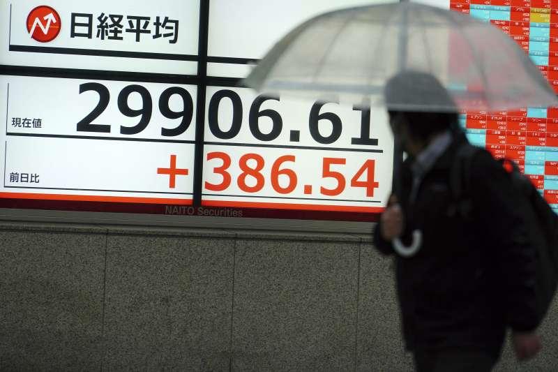 東京股市日經指數15日開盤後不久漲破3萬點大關,為泡沫經濟期以來,時隔30年6個月首見。日股、日本股市(AP)