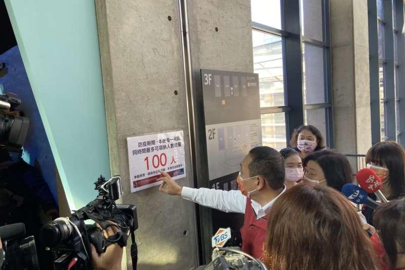 鶯歌陶瓷博物館加強完備各項防疫工作。因應春節假日人流,在大門入口處落實測量額溫,入館民眾皆需以「紙本登記」或「電子化登記」紀錄。(圖/新北市文化局提供)