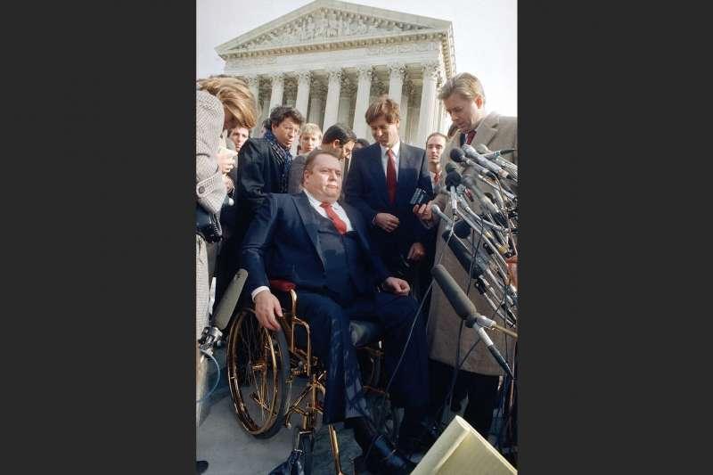 色情雜誌《好色客》發行人佛林特2月10日因病辭世,享壽78 歲。他與福音派領袖法威爾(Jerry Falwell Jr.)的言論自由官司曾在1980年代後期喧騰一時,圖為佛林特在聯邦最高法院出庭後遭到媒體與公眾包圍。(美聯社)