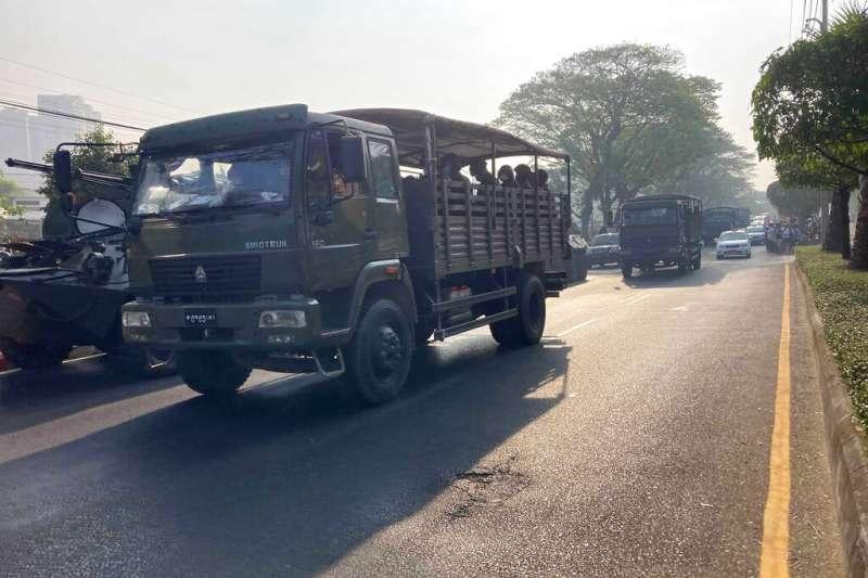 緬甸軍政府拘押翁山蘇姬的兩周期限在15日結束,滿載官兵的裝甲車、坦克、水砲車駛進第一大城仰光街頭。 (AP)