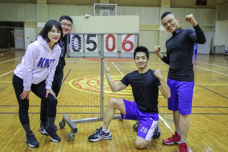 國民黨立委蔣萬安因腳上運動鞋「Nike x Sacai VaporWaffle」意外成為焦點。(取自洪孟楷臉書)