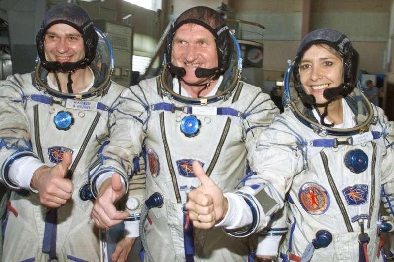 (右起)2001年7月5日,法國太空人艾涅赫、俄羅斯太空人阿法納西耶夫、俄羅斯太空人科澤耶夫(美聯社)