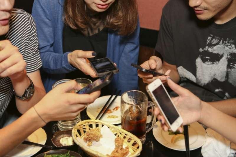 科技冷漠導致現代人就算聚在一起,也容易感到寂寞、孤單。(圖/photoAC)