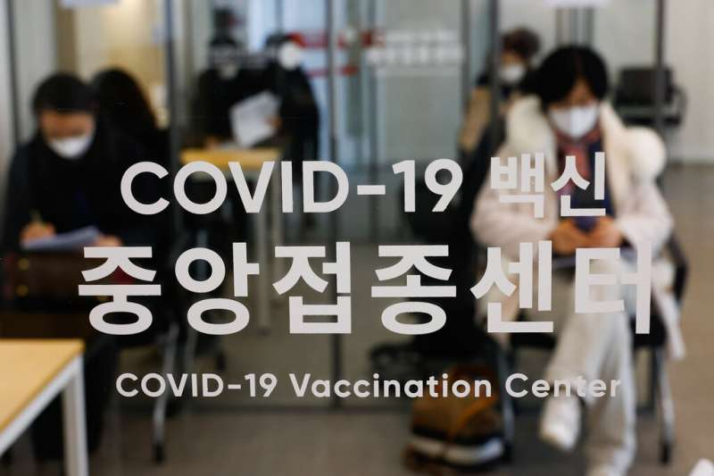 南韓2月9日舉行了接種新冠疫苗的演習,為即將展開的疫苗施打預作準備。南韓首批新冠病毒接種工作將於本周晚些時候才開始。(美聯社)