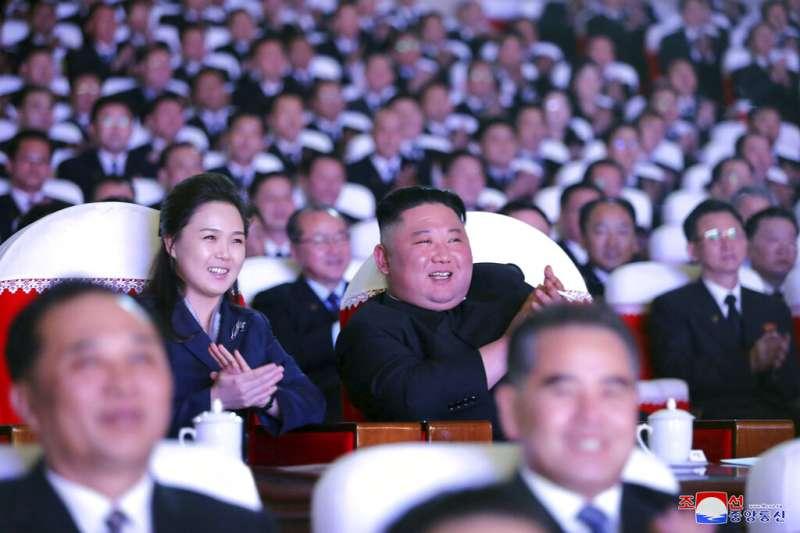 北韓領導人金正恩與李雪主夫婦16日共同出席光明星節紀念活動。(美聯社)