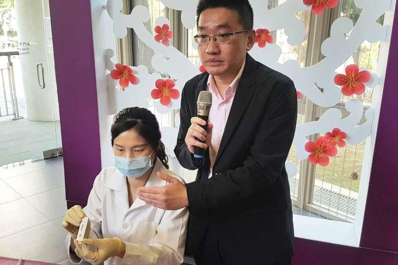 清大醫工所教授鄭兆珉(右)說,試片上出現兩條線代表產生足夠抗體,有了抵抗新冠病毒的保護力,一條線則未產生足夠抗體。(圖/方詠騰攝)