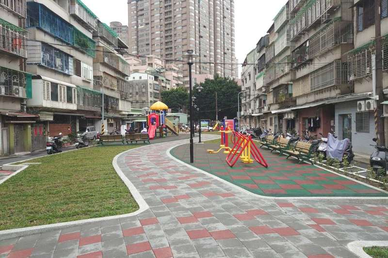 公園內規劃紙模工法透水性的休憩步道串接新舊公園。(圖/新北市板橋區公所提供)