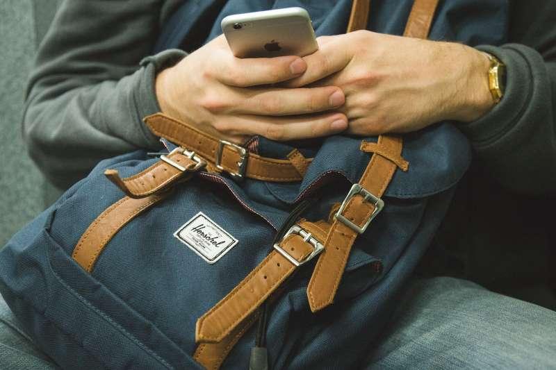 滑手機、手機成癮(Pixabay)