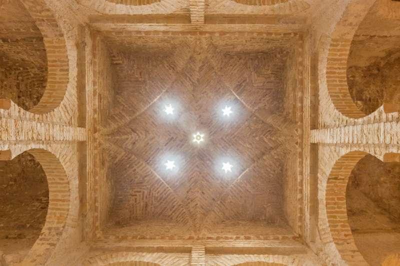 示意圖。西班牙南部安達魯西亞大區赫雷斯市,一座12世紀土耳其浴公共浴場的拱形屋頂(Diego Delso@Wikipedia/CC BY-SA 4.0)