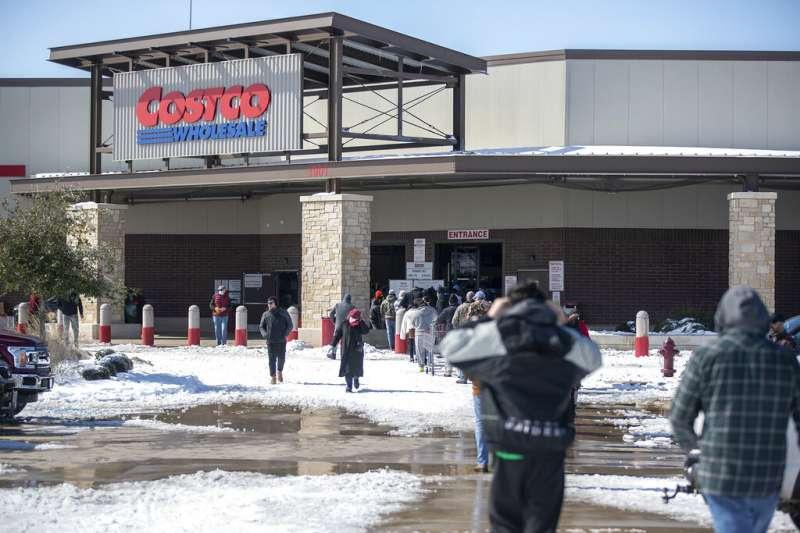 美國南部近日迎來極寒氣候,德州的好市多賣場外出現難得的積雪。(美聯社)