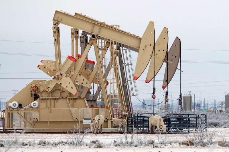 美國德克薩斯州米德蘭的一個泵千斤頂。該州的停電威脅到了石油和天然氣生產。(圖片來源:AP)