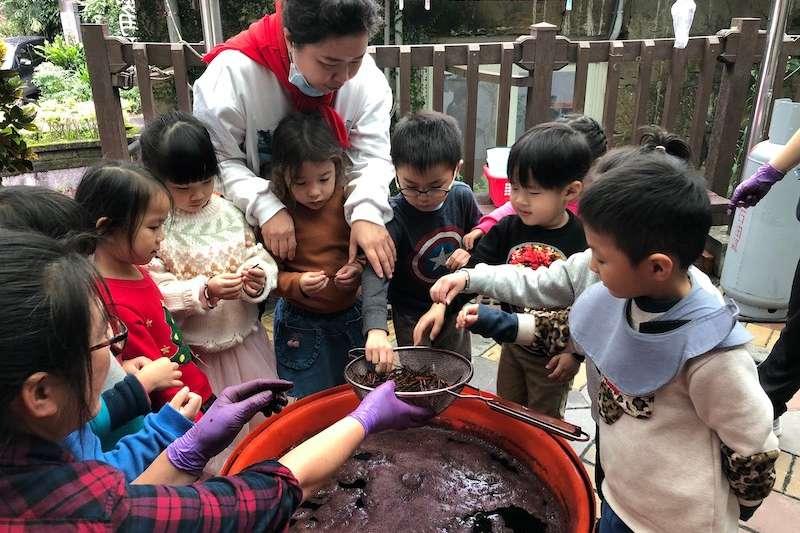 石碇附幼帶幼生進行藍染體驗。(圖/新北市教育局提供)