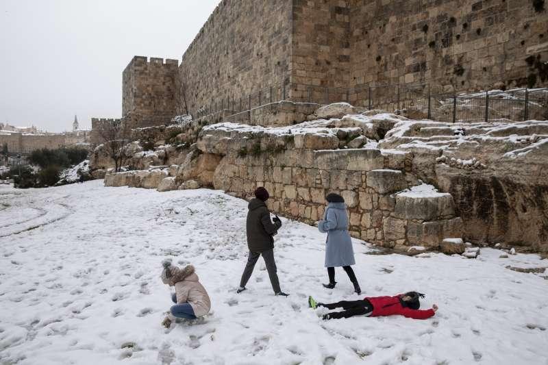 2021年2月,中東下起罕見大雪,以色列兒童在雪中嬉戲。(AP)