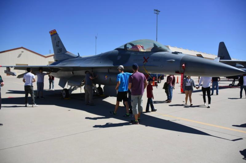 參加基地開放的民眾,可以零距離接觸F-16戰鬥機。(許劍虹攝)