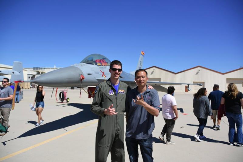與筆者合影的第195中隊F-16飛行員,他或許曾經與中華民國空軍的F-16飛行員一起訓練。(許劍虹攝)