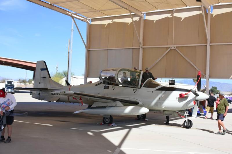Sam向民眾介紹A-29攻擊機,如果在A-29前方畫上鯊魚牙,確實很有飛虎隊P-40戰鬥機的味道。(許劍虹攝)