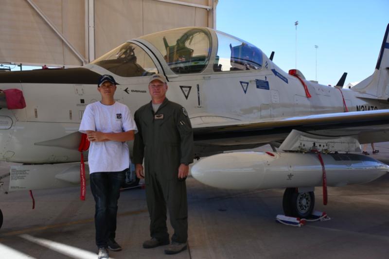 筆者與Sam在A-29前合影,我們兩人都叫Sam,也都喜歡飛虎隊的歷史。(許劍虹攝)