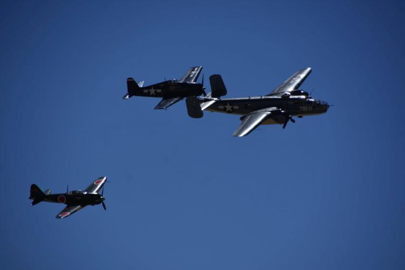 紀念空軍南加州聯隊,派出三架二戰飛機為我們帶來精彩的表演。(許劍虹攝)
