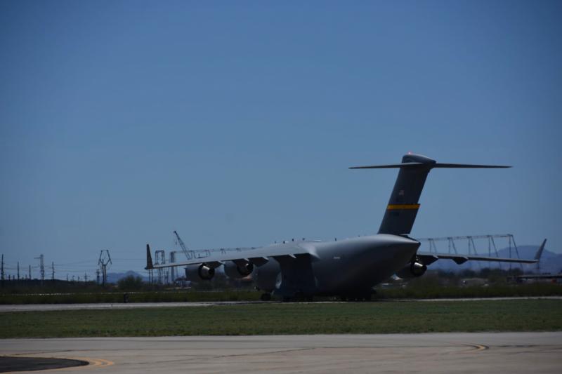 飛行表演到一半,C-17不只展現短場降落的能力,而且還在地面上轉了360度一大圈,讓筆者大為驚嘆。(許劍虹攝)