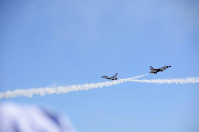 最難捕捉的畫面,是兩架F-16機頭對機頭展開雙向對飛飛行表演,節奏快速又刺激。(許劍虹攝)
