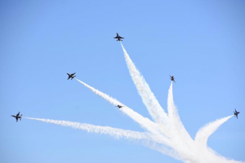 壓軸動作是六架F-16合體後,來一個精采的炸彈開花!(許劍虹攝)