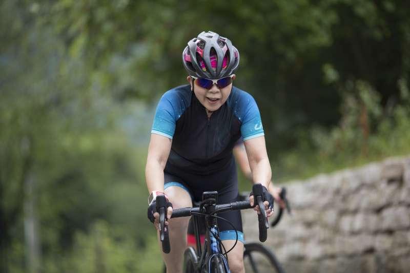 巨大集團董事長杜綉珍71歲,去年全年騎車突破4000公里的紀錄,相當於環島4圈的長度。(巨大集團提供)