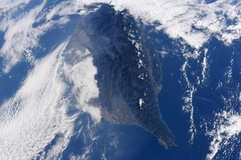 日籍太空人野口聰一19日在推特上貼出一張從太空站俯視的南台灣空拍照,並在推文中特別標註「台灣」及「台南市」。(取自推特@Astro_Soichi)
