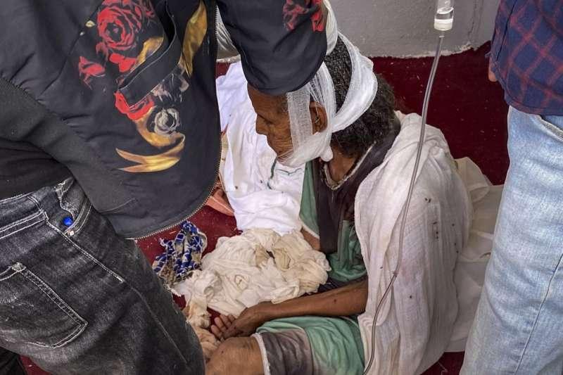 衣索比亞政府軍攻陷北部的阿克蘇姆市,圖為尋求教堂庇護的受傷民眾。(AP)
