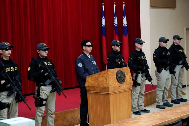 法務部調查局日前推出微電影「格瑞特真相」,調查局20日上午舉行抽獎活動,武裝調查官也共同出席。(調查局提供)