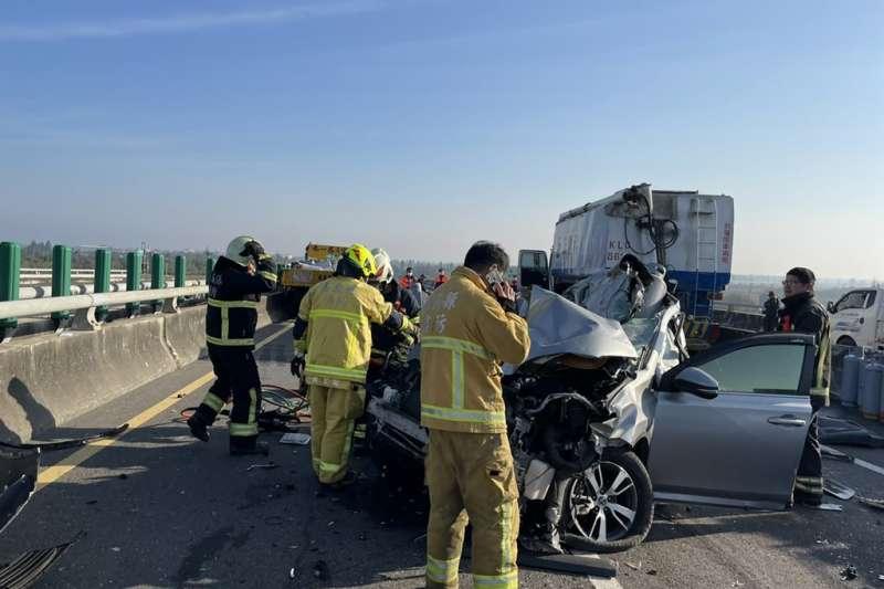 西濱快速道路發生嚴重車禍意外(圖/嘉義消防局提供)