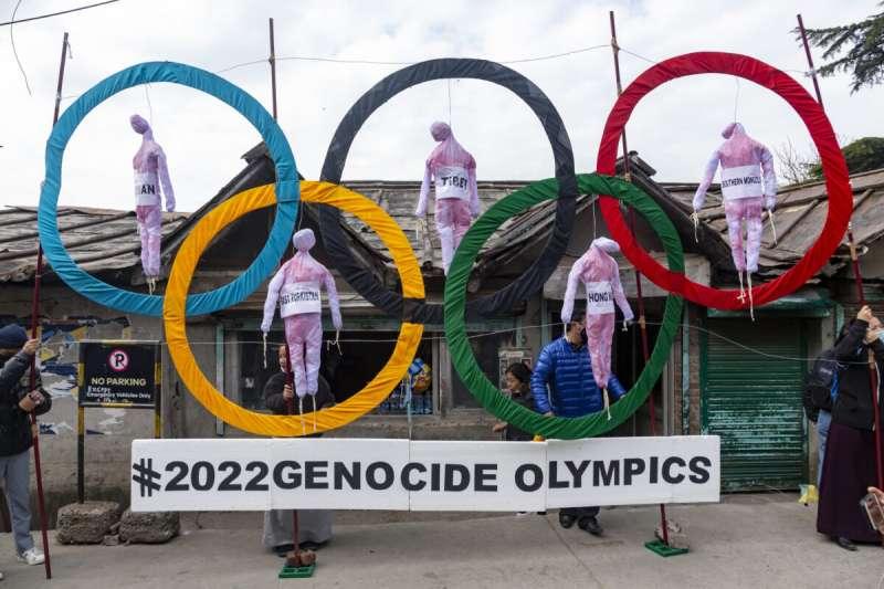 2021年2月3日,印度達蘭薩拉藏人抗議明年北京冬奧將是「種族滅絕奧運」,五具人偶分別代表西藏、新疆、內蒙古、香港、台灣(AP)