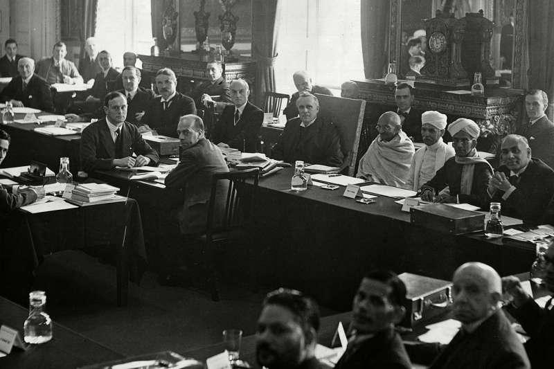 1931年,英國時任首相麥唐納邀印度公民不合作運動領袖甘地參與圓桌會議。(維基百科公有領域)