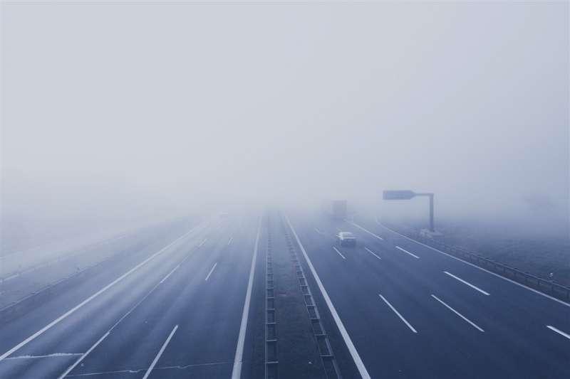 警方建議,駕駛遇濃霧時務必減速、拉大車距、開霧燈,以確保安全。(圖/取自Pixabay圖庫)