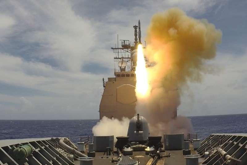 提康德羅加級巡洋艦「夏洛號」(GG-67)正透過Mk41垂直發射系統,射擊1枚「標準二型」防空飛彈。(取自美國海軍)