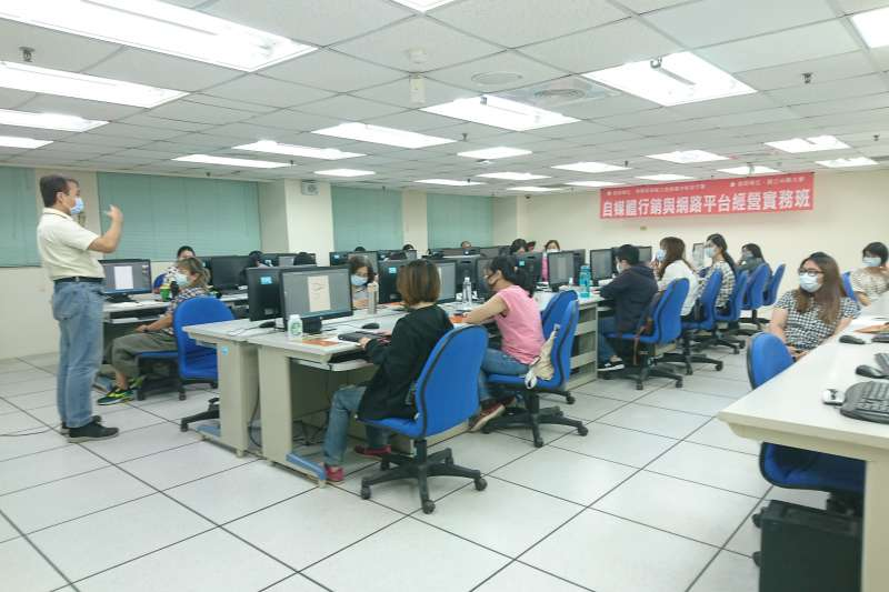 中市勞工大學開出的「全面攻略平面設計」課程。(圖/台中市政府)
