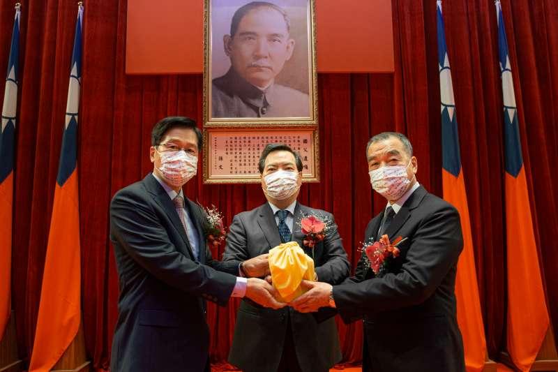 嚴德發(左)透過羅秉成(中)把國防部長印信交給新任部長邱國正(右)。(軍聞社提供)