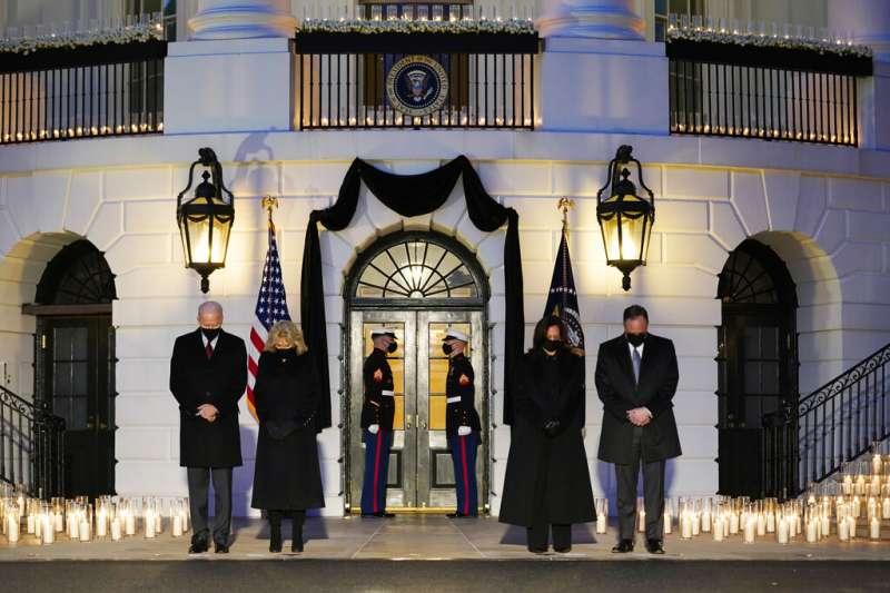 拜登總統和夫人、賀錦麗副總統和丈夫悼念美國被新冠病毒奪去生命的50萬人。(美聯社)
