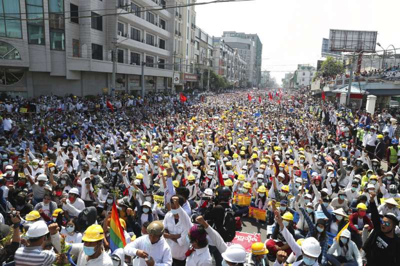 緬甸2月22日發起1日政變以來最大規模抗議活動,當地人稱之為「22222起義」,全國數百萬人湧上街頭。(AP)