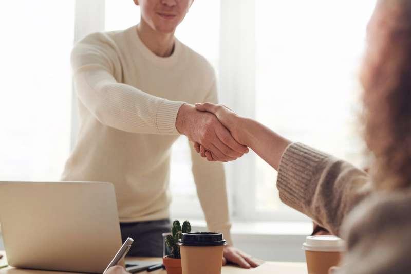 新鮮人高起薪的真相?過來人:白紙對老闆來說「最好用」。(圖/取自Pexels)