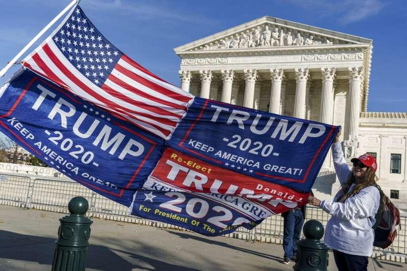 一群川粉去年12月在聯邦最高法院前揮舞旗幟,表達對川普的支持以及選舉不公的抗議。(美聯社)