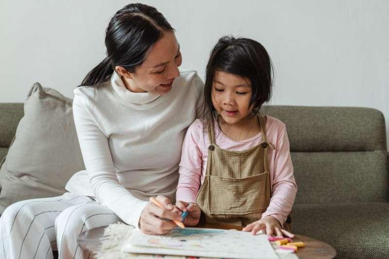 擔心孩子的成長之路,「陪伴」就是協助孩子度過挫折的最好方法。(圖/取自Pexels)