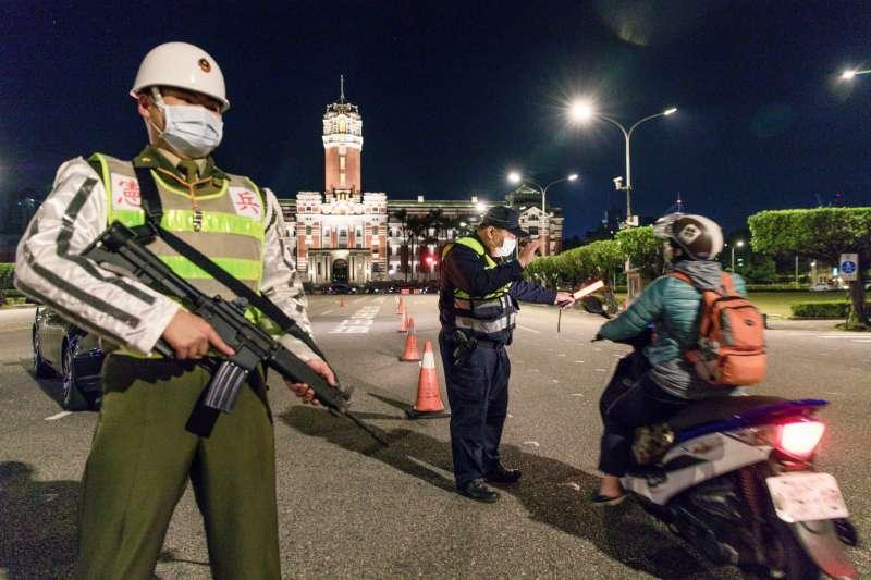 在總統府前馬路上,武裝憲兵協助轄區中正一分局員警攔檢車輛。(取自中華民國憲兵指揮部臉書)