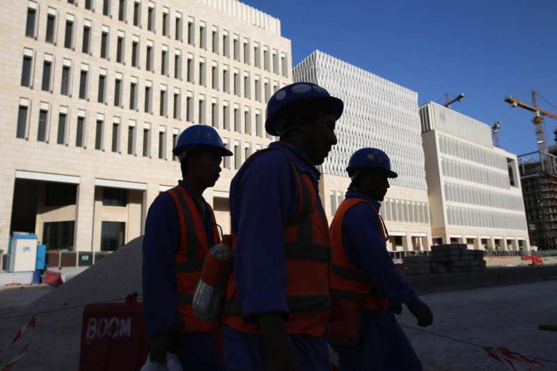 卡達的勞工正離開建築工地(美聯社)