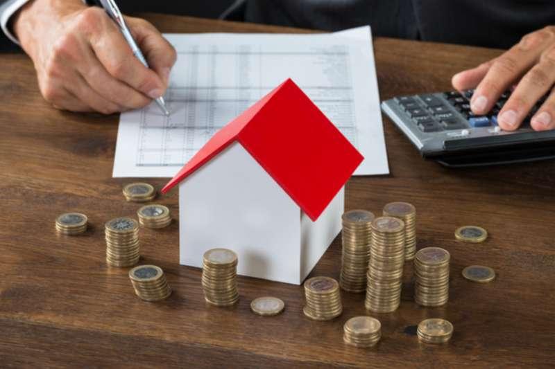 買房對許多年輕人來說還很困難,但仍會省吃儉用存下一桶金來達成目標,這時如何選出適合自己的房子就很重要。(圖/shutterstock)