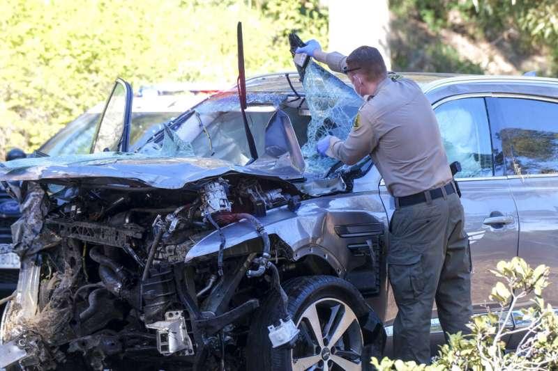 美國高球名將老虎伍茲23日在洛杉磯發生車禍送醫,他所駕駛的現代休旅車Genesis GV80嚴重受損。(美聯社)