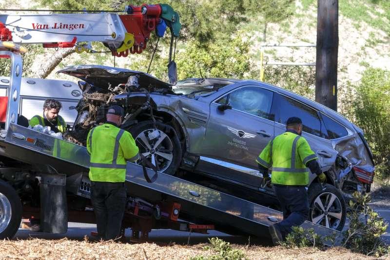美國高球名將老虎伍茲23日在洛杉磯發生車禍送醫,他所駕駛的現代子品牌休旅車Genesis GV80嚴重受損。(美聯社)
